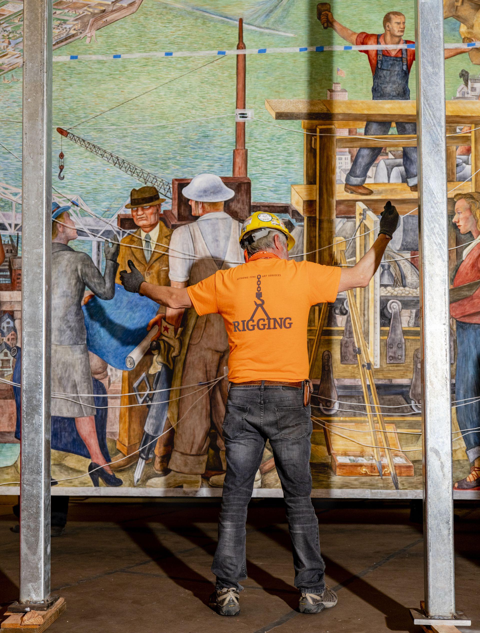 Esteban Granados, jefe de montaje de Atthowe Fine Art Services, instalando el mural en el Museo de Arte Moderno de San Francisco