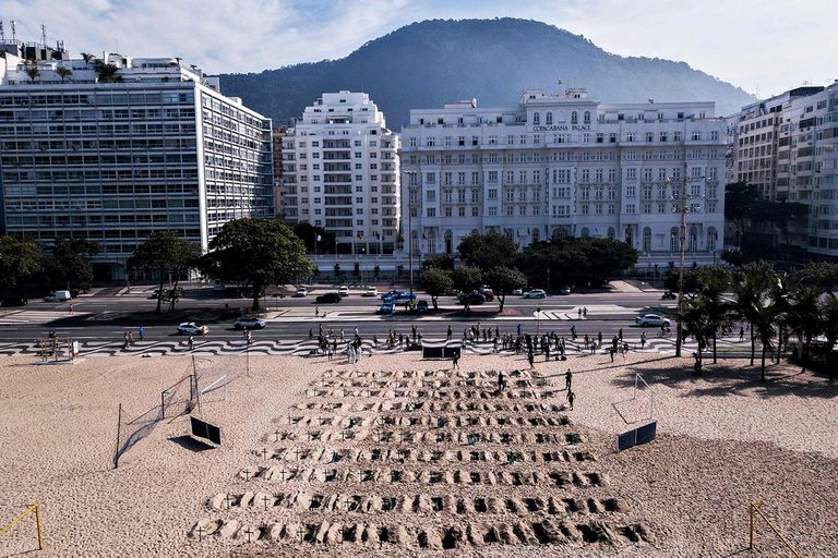Tumbas simbólicas en las playas de Copacabana, Brasil, para honrar a los muertos
