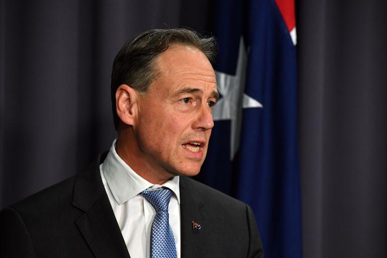 El ministro de Salud australiano, Greg Hunt, anunciando la nueva restricción de la vacuna de AstraZeneca