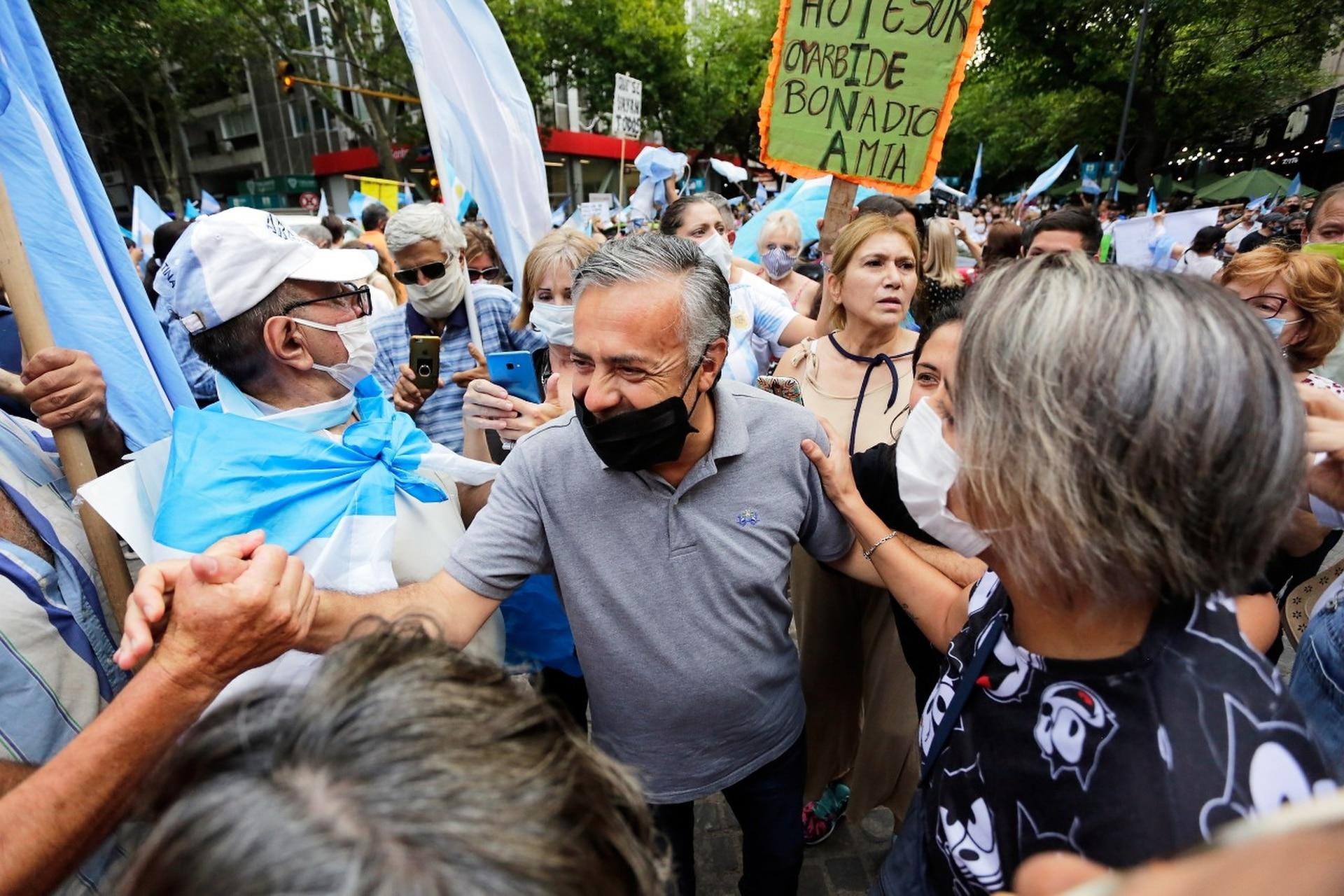 Alfredo Cornejo en la convocatoria a la marcha #27F en Mendoza