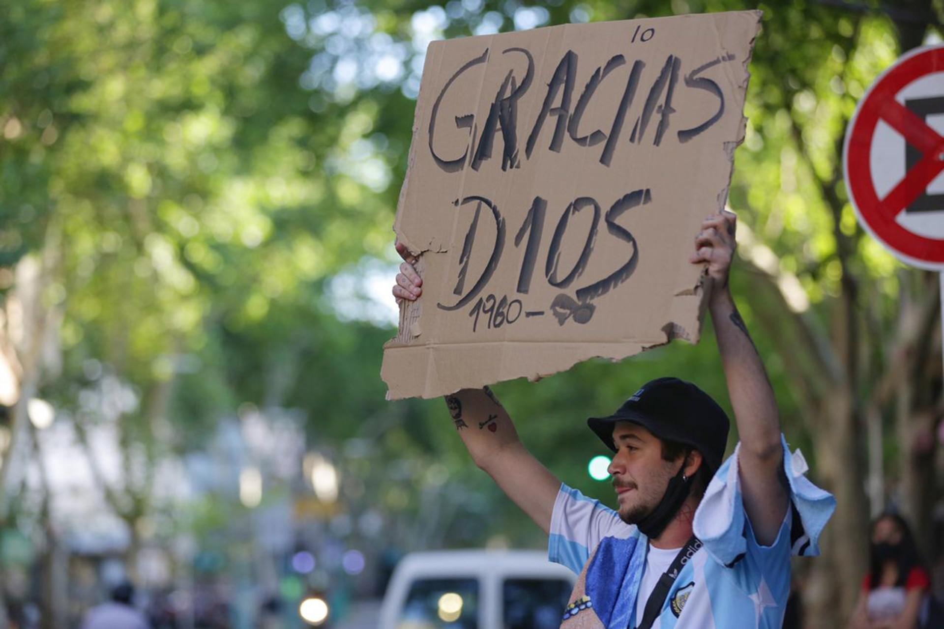 Agradecimientos a Diego Maradona en las calles de Mendoza