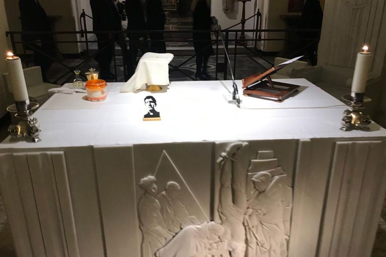 Sobre el altar, en medio del silencio, se destacaba una imagen del asesinado padre Mugica