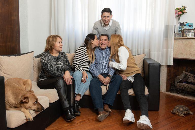 Ramiro Vasquez, junto a sus hijos Nicole, Michelle y Jean Paul, y su esposa, Jeanne.