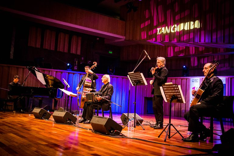 El bandoneonista Néstor Marconi dio un concierto rodeado por músicos de distintas generaciones