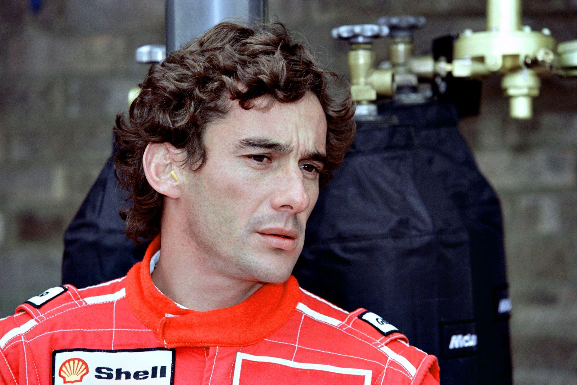 Ayrton Senna, verifica sus tiempos después de la práctica oficial para el Gran Premio de Europa en Donington, el 10 de abril de 1993