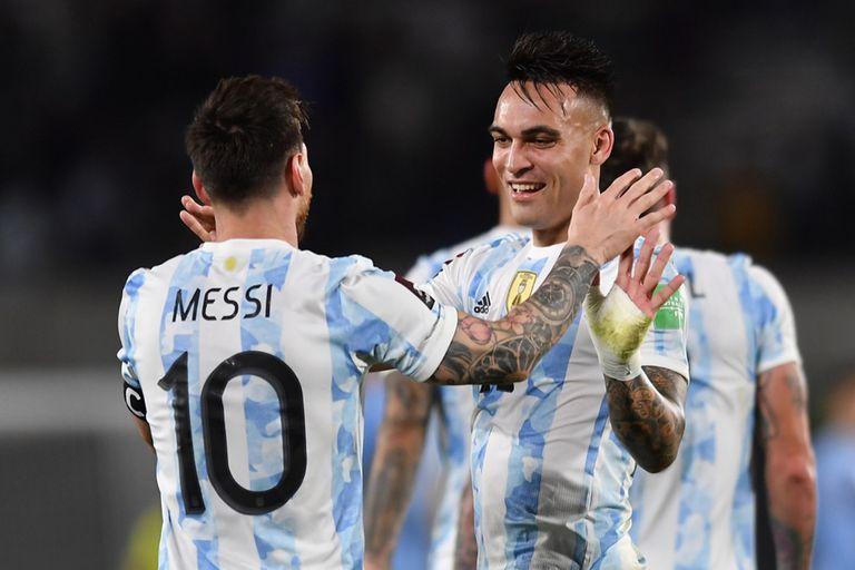 El saludo entre Messi y Lautaro Martínez, con un gol tras estar ausente en Paraguay