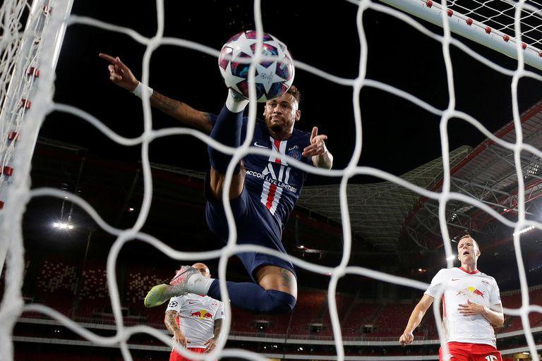 Neymar tocó la pelota cuando ya había ingresado al arco: es el tercer gol de PSG, de Bernat