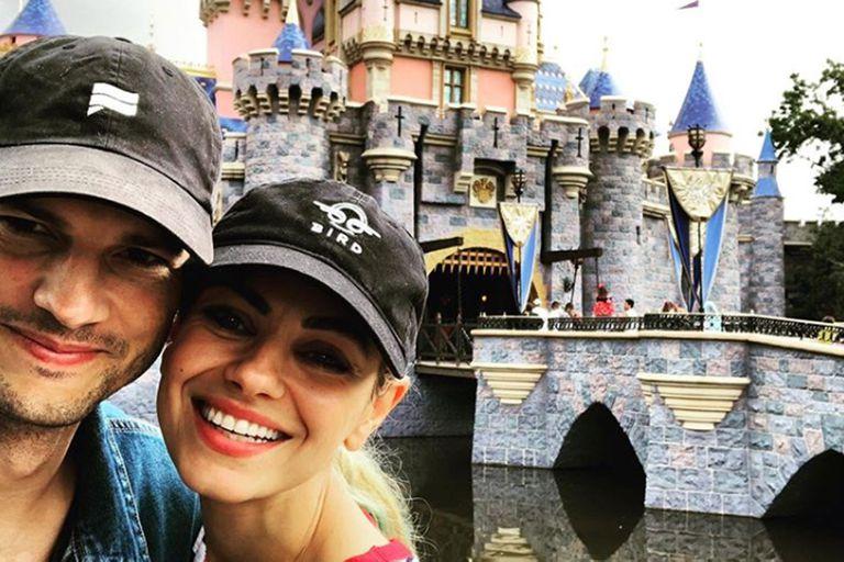 Ashton Kutcher y Mila Kunis, de paseo y en familia tras las revelaciones de Demi Moore