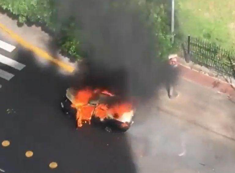 Un taxi se prendió fuego, siguió circulando y explotó