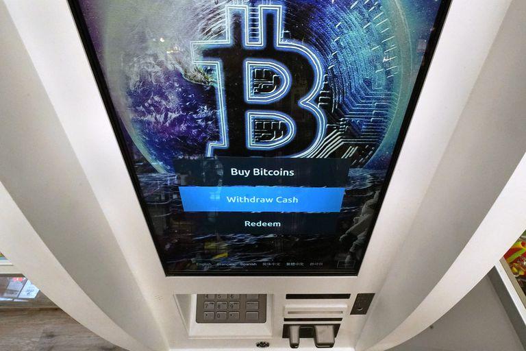 El logotipo de bitcoin aparece en la pantalla de un cajero automático de criptomonedas en la tienda Smoker's Choice en Salem, Nueva Hampshire. (AP Foto/Charles Krupa, archivo)