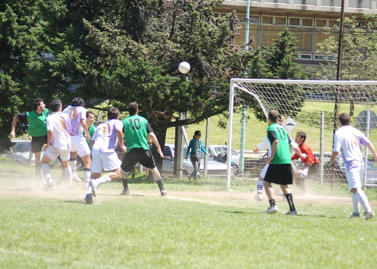 El torneo abierto de la UBA recibe a cientos de alumnos cada fin de semana; actualmente cuenta con 6 canchas