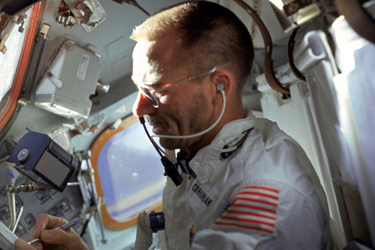 El astronauta Walter Cunningham de la misión Apollo 7 escribe con una lapicera espacial, un modelo que también fue utilizado por sus pares soviéticos