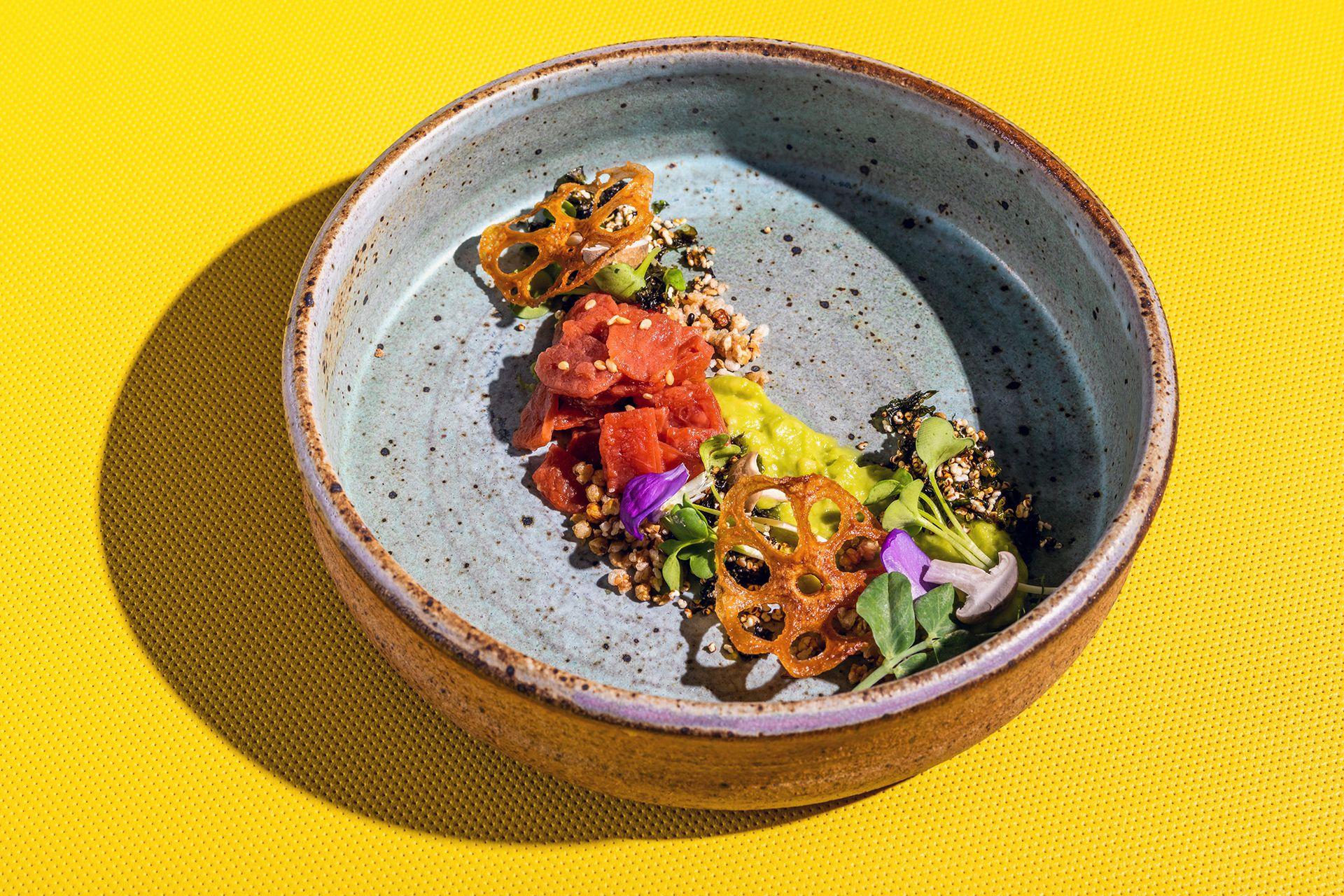 Un plato de pescado hecho a base de plantas, que emula el sabor y la textura del salmón