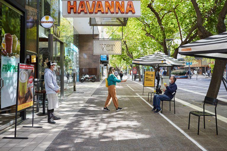 Mesas con un mínimo de dos metros de distancia, una de las pautas del protocolo diagramado para cuando los restaurantes vuelvan a recibir clientes