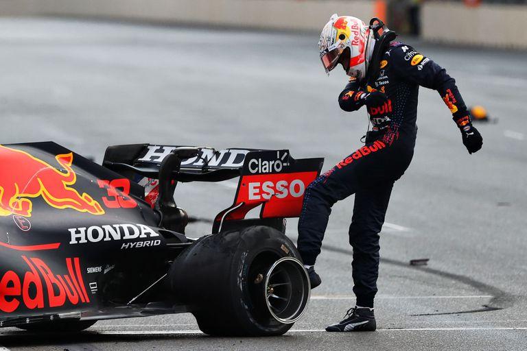 Max Verstappen de Holanda y Red Bull Racing patea su neumático mientras reacciona después de estrellarse durante el Gran Premio de F1 de Azerbaiyán, en el circuito de la ciudad de Bakú