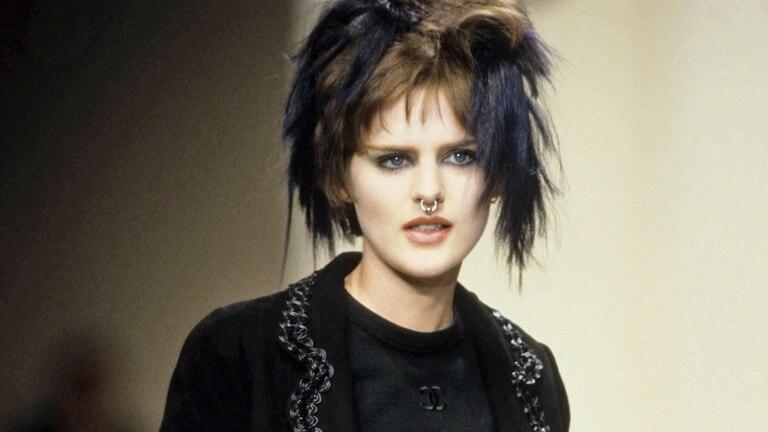 A principios de los 90, Stella Tennant llamó la atención de periodistas y fotógrafos por su inusual look