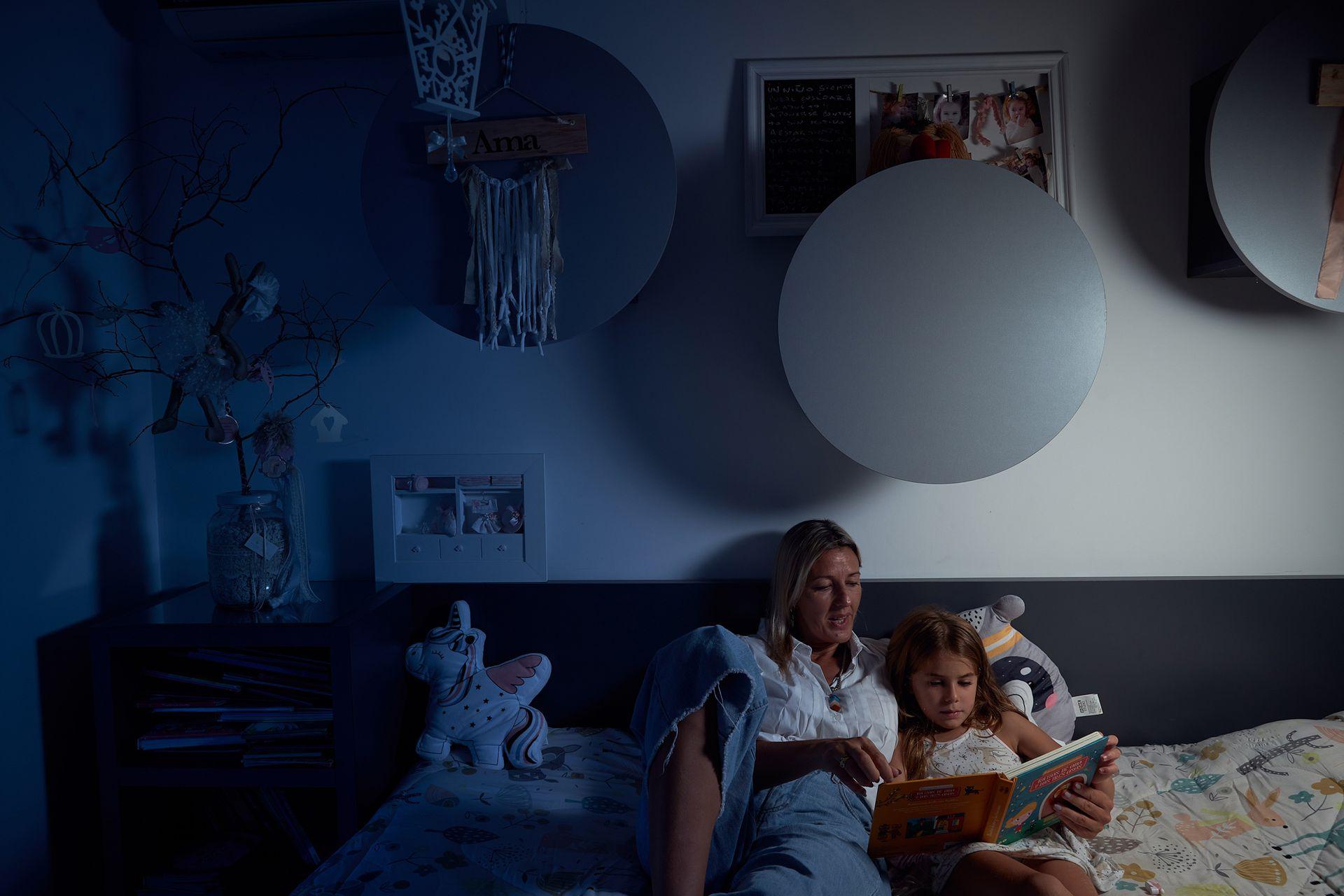 Carla Viozzi lee un cuento a su hija Faustina antes de dormir