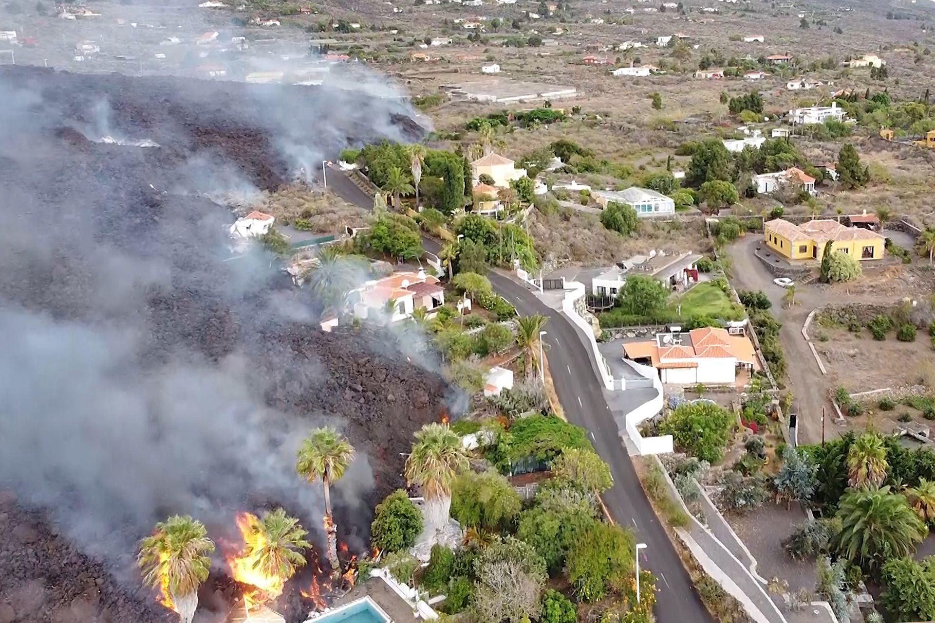 La lava está alrededor de unos 900 grados y destroza todo lo que encuentra a su paso
