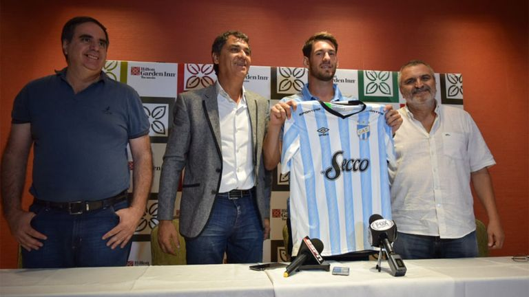 Augusto Batalla posa con su nueva camiseta