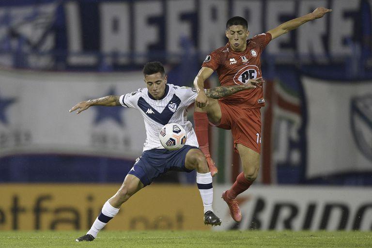 Francisco Ortega lucha por el balón con Simón Ramírez; Vélez sacó boleto a octavos