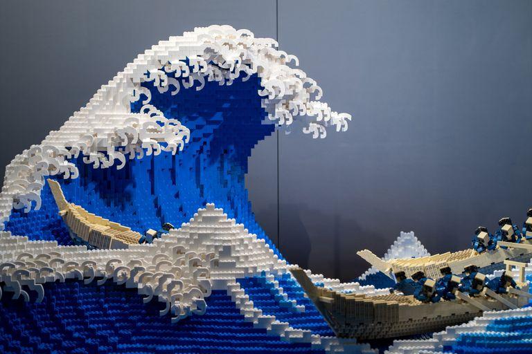 """Video: un artista recrea """"La gran ola"""" de Hokusai con 50.000 ladrillos de LEGO"""