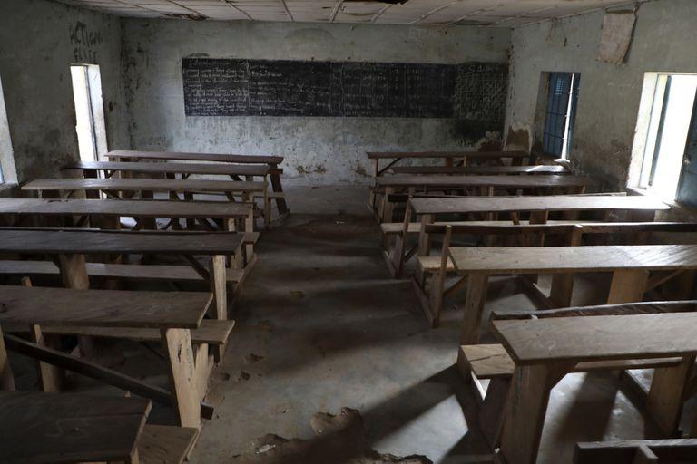 Una aula vacía tras un ataque de hombres armados en el Government Science College, Kagara, Nigeria, el jueves 18 de febrero de 2021