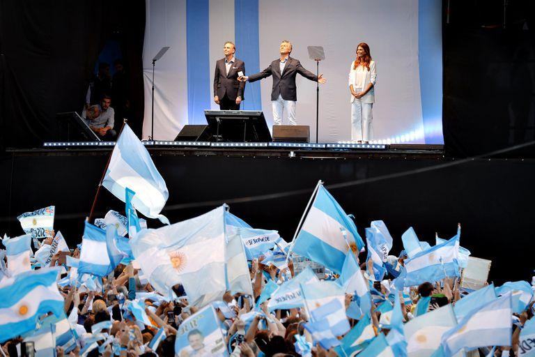 Mauricio Macri junto a su esposa, Juliana Awada, y Miguel Pichetto al finalizar el acto en el Obelisco
