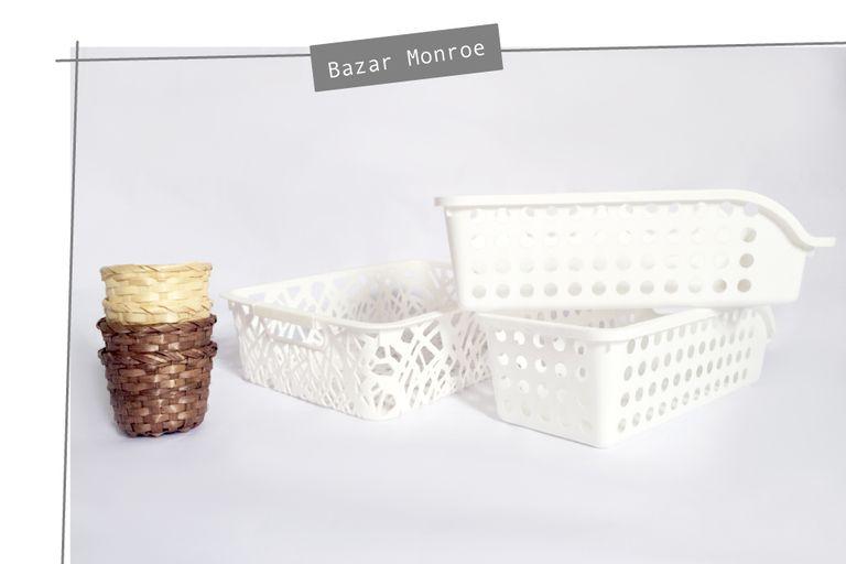 Canastitas y contenedores de plástico de Bazar Monroe. Los precios van desde $20 a $100.