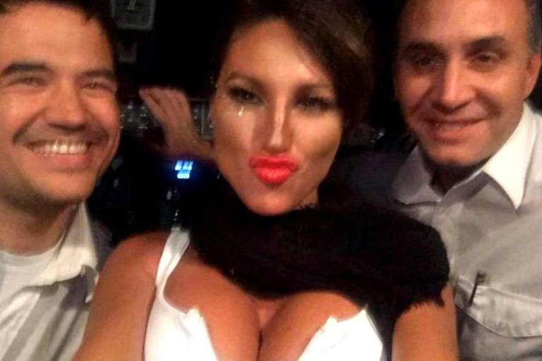 Vicky Xipolitakis junto a los dos pilotos en el vuelo del escándalo