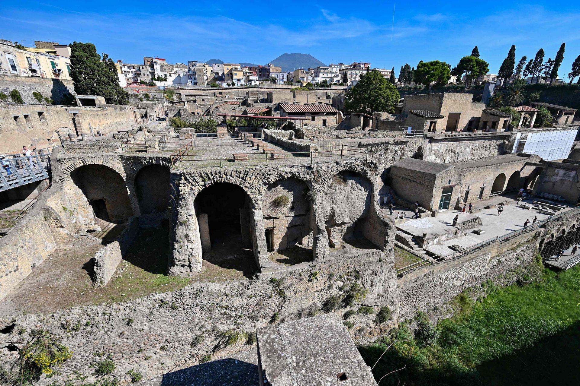 Una vista general muestra el sitio arqueológico de Herculano en Ercolano, cerca de Nápoles, con el volcán Monte Vesubio al fondo