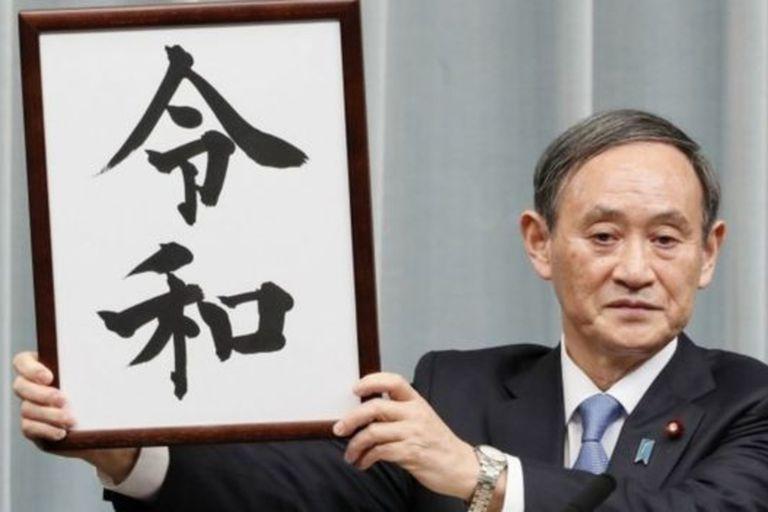 """A Yoshihide Suga le tocó revelar el año pasado el nombre de la nueva era de Japón, por eso es apodado """"el tío Reiwa""""."""