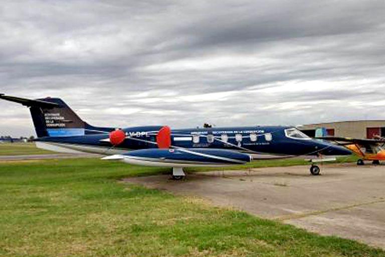"""El Learjet 35 que fue ploteado por el Ministerio de Seguridad de Cambiemos con la leyenda: """"bienes decomisados de la corrupción"""""""