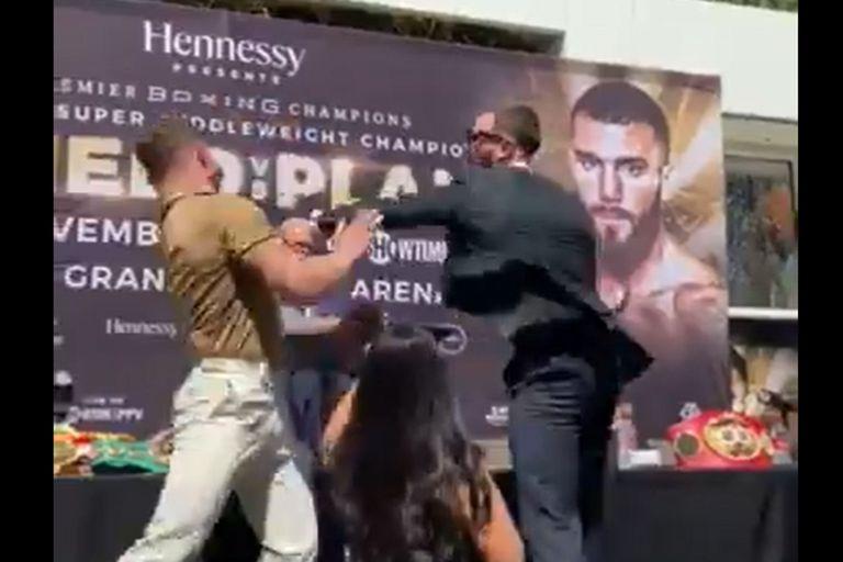 Canelo Alvarez, a las piñas con su rival en la presentación del combate en Las Vegas
