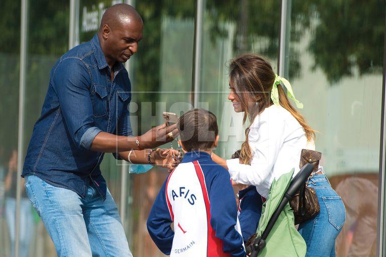 Para poder posar con sus tres hijos, la mujer de Messi le pidió al custodio que les puso el PSG que oficiara de fotógrafo.