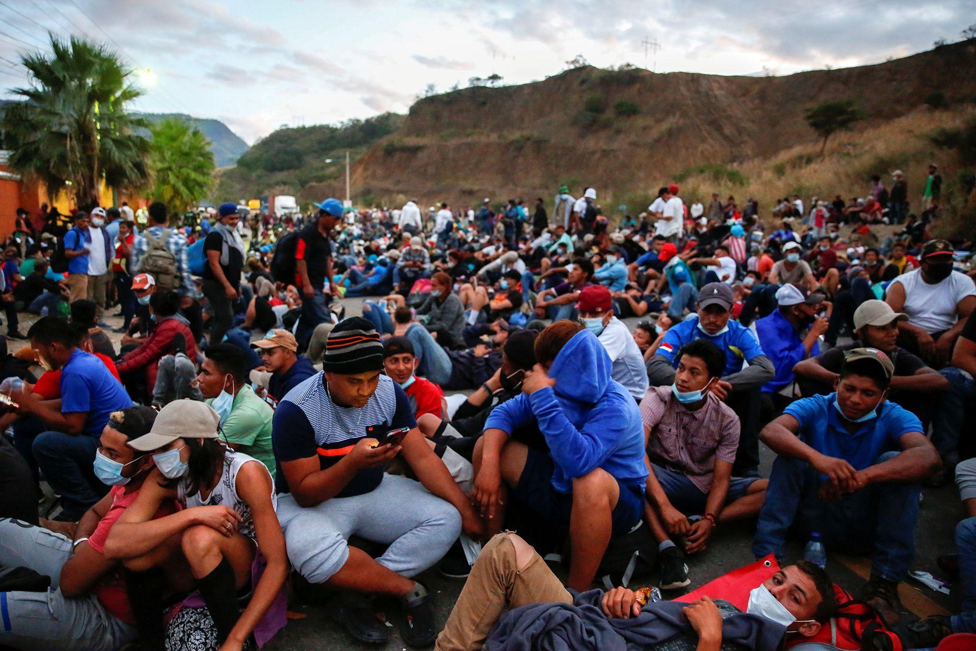 Hondureños que participan en una nueva caravana de migrantes rumbo a Estados Unidos descansan en una carretera, en Vado Hondo, Guatemala