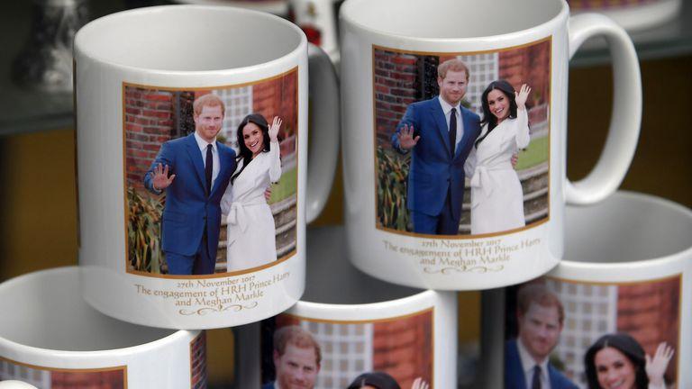 Tazas, llaveros, dedales, remeras, posters y hasta decorados para cupcakes forman parte de la Royal wedding manía