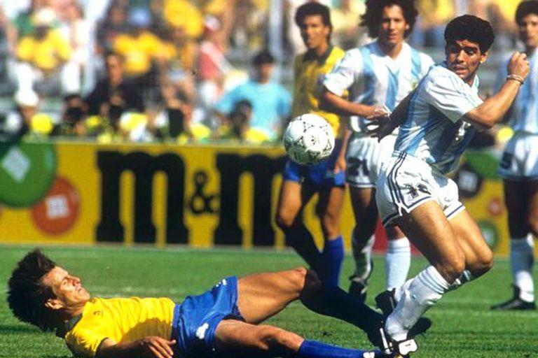 Pedro Troglio observa una jugada de la que participa Diego Maradona en el partido contra Brasil durante el Mundial Italia 90