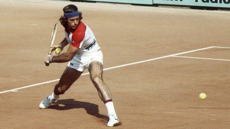 Vilas en acción, en Roland Garros 1977