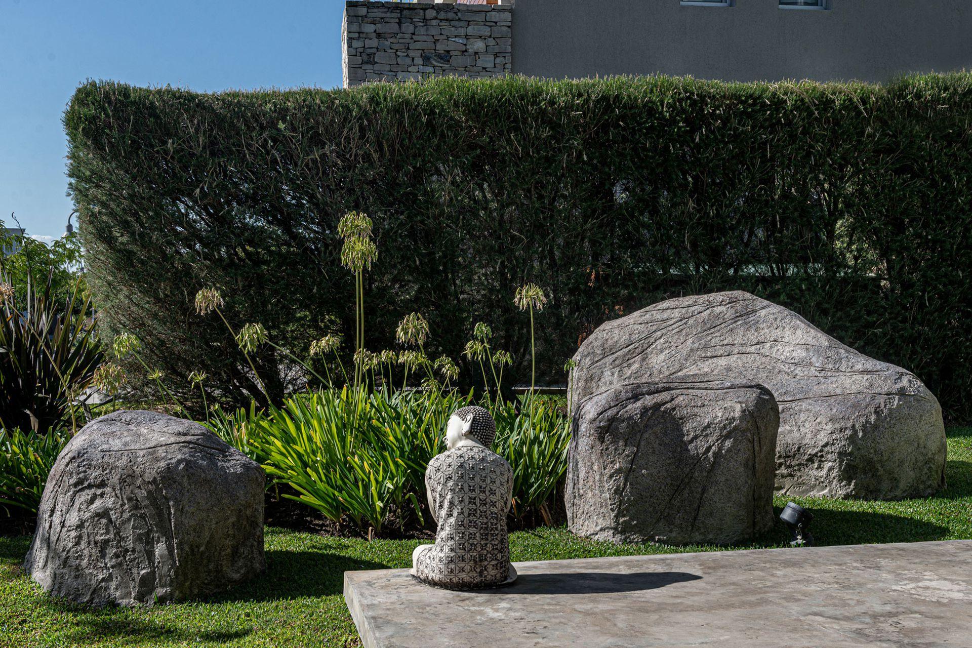 La piedra artificial es el arte de la escenografía: sobre una estructura se va armando la forma deseada, luego se la recubre de resinas para imprimirle un tono determinado y texturas para simular piedra natural.
