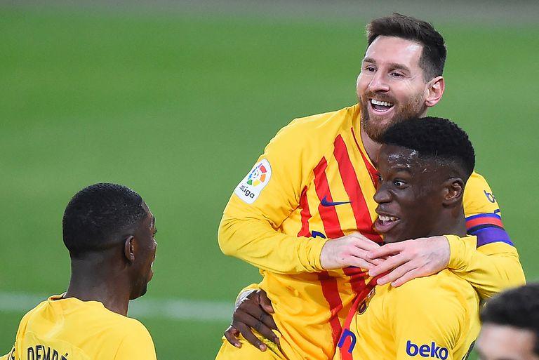 Lionel Messi se cuelga de Ilaix Moriba, el juvenil de 18 años que marcó su primer gol en Barcelona, tras un pase del argentino.