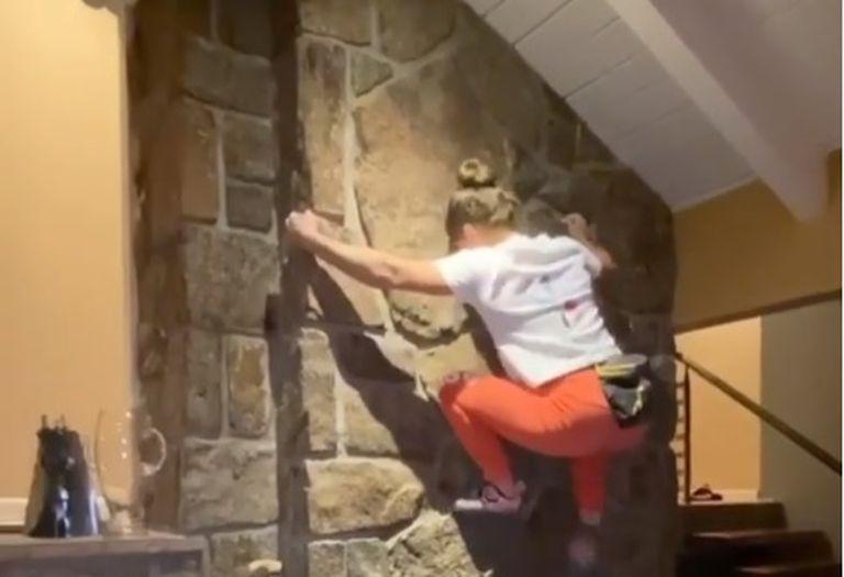 """""""Quedate en casa"""". Una escaladora olímpica se entrena subida a paredes y muebles"""