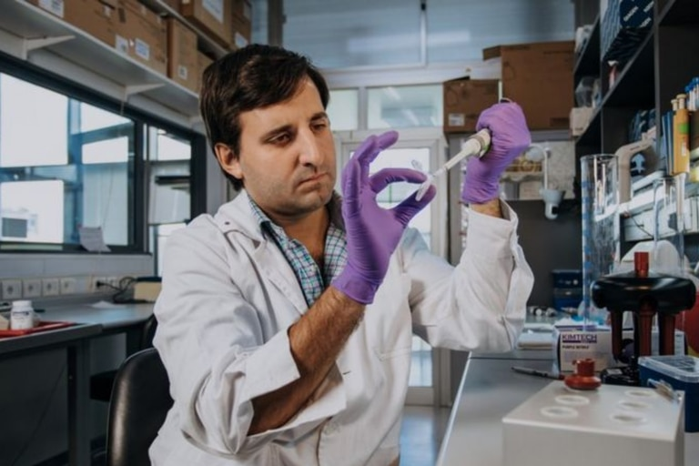 El hallazgo de Juan Pablo Tosar podría derivar en el futuro en aplicaciones prácticas para millones de personas, a través de diagnósticos más tempranos de enfermedades como el cáncer. Crédito: Sebastián Aguilar