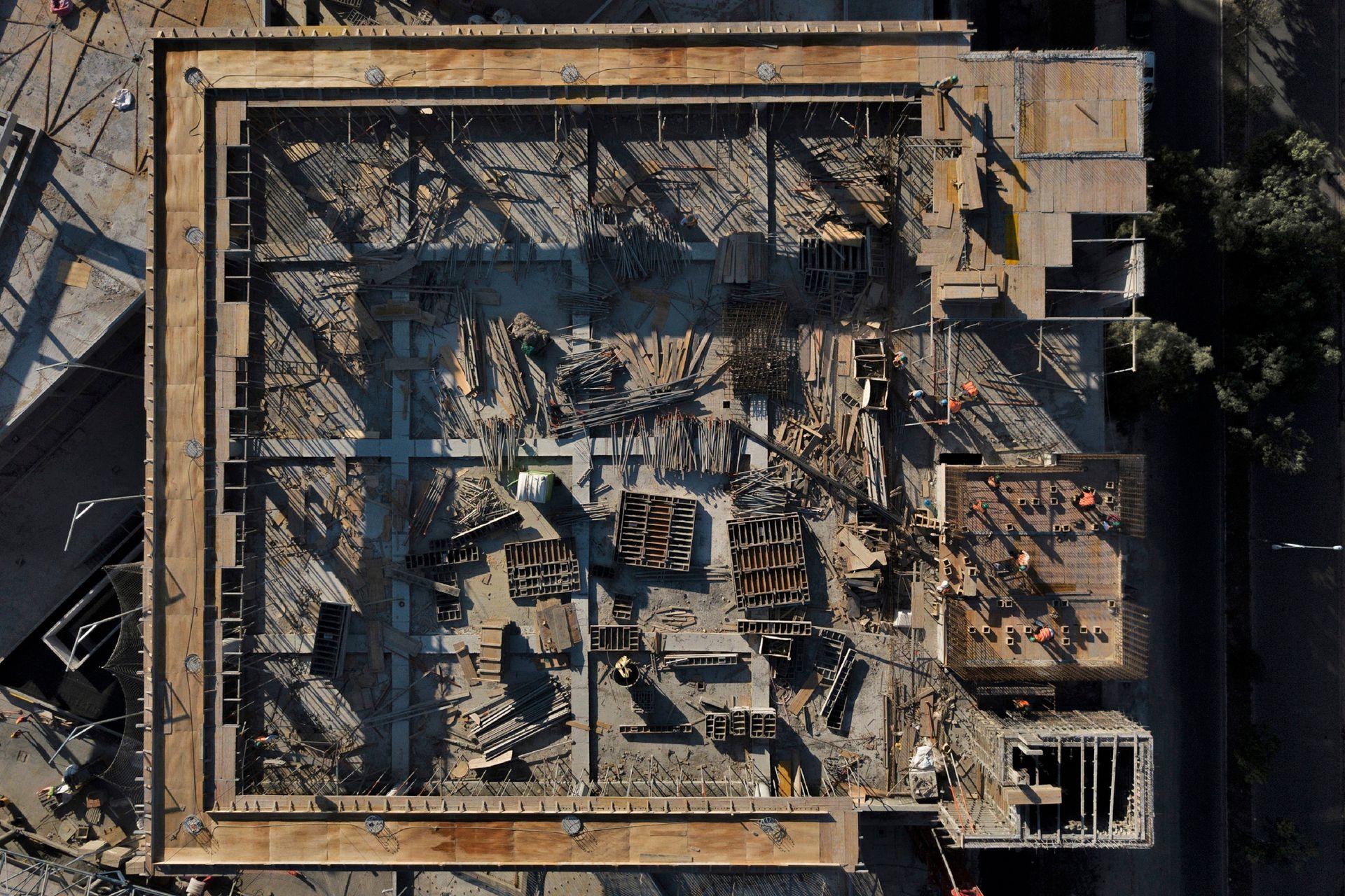 Los trabajadores de la construcción trabajan en la parte superior de un edificio en Asunción