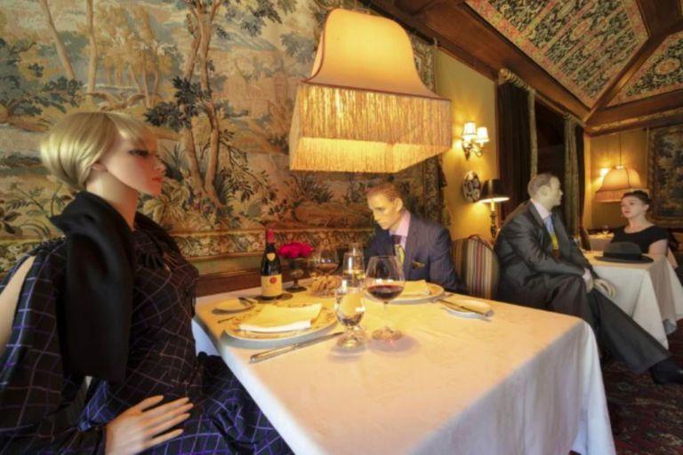 En Washington, para mantener la distancia social, algunos restaurantes usan maniquíes en las mesas