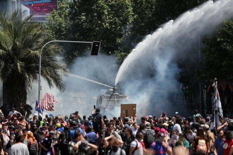 Las protestas continuaron hoy en Chile con nuevos choques entre los manifestantes y las fuerzas de seguridad en el centro de Santiago