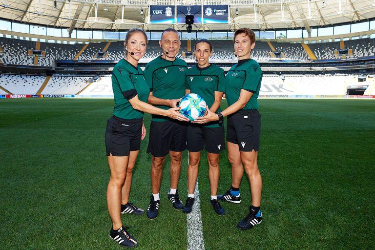 Los cuatro árbitros a cargo de la final de la Supercopa de Europa: la asistente Manuela Nicolosi, el cuarto árbitro Cuneyt Cakir, la francesa Stephanie Frapparty la asistente Michelle O´Neill.