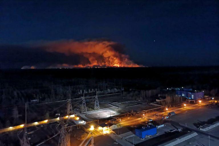 Alarma en Ucrania: bomberos luchan contra varios incendios en Chernobyl