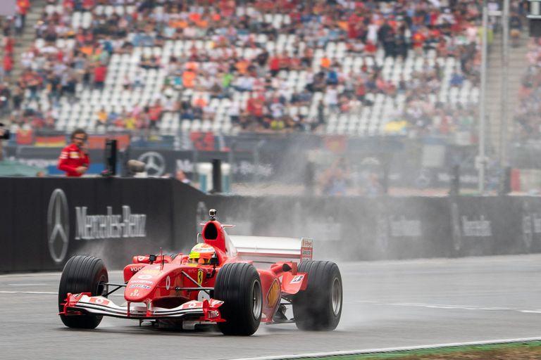 Mick Schumacher se desliza en la Ferrari de su padre por la pista de Hockenheim, en Alemania, antes de la carrera de la Fórmula 1.