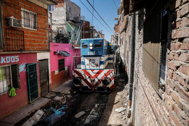 Tras la muerte de una adolescente, suspenden la circulación de un tren de carga que cruzaba la villa 21-24