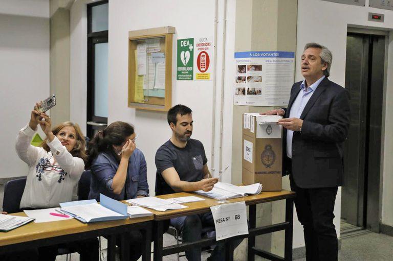 Alberto Fernández votó en la UCA